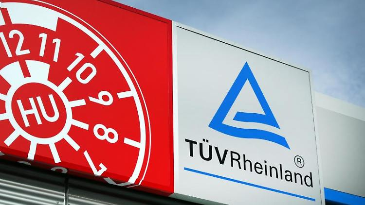 Das Symbol einer TÜV-Plakette, aufgenommen über einer Prüfstelle. Foto: Oliver Berg/dpa/Archivbild