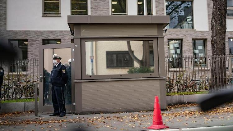 Ein Polizist steht an dem neuen Wachcontainer vor dem Ignatz Bubis-Gemeindezentrum der Jüdischen Gemeinde Frankfurt. Der von der Gemeinde erbaute und finanzierte Container wurde jetzt offiziell der Frankfurter Polizei übergeben, die dauerhaft das Gebäude bewacht. Foto: Frank Rumpenhorst/dpa