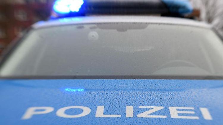 Ein Streifenwagen der Polizei mit eingeschaltetem Blaulicht. Foto: Carsten Rehder/dpa/Archiv