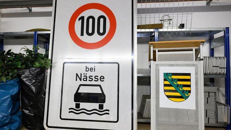 Ein Schild mit dem Hinweis auf Tempo 100 steht auf dem Gelände der Autobahnmeisterei Dresden-Hellerau. Foto: Sebastian Kahnert/dpa-Zentralbild/ZB