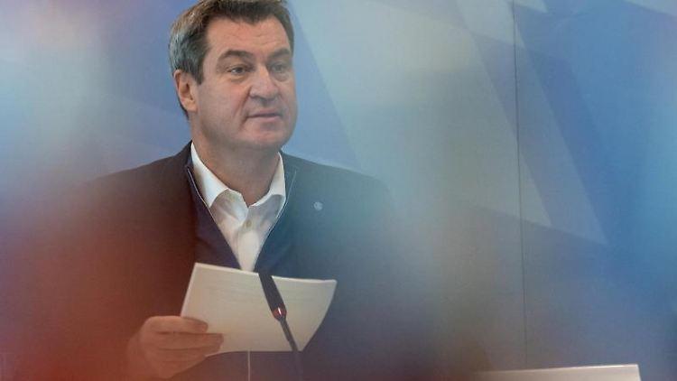 Markus Söder (CSU), Ministerpräsident von Bayern, sitzt zu Beginn der Kabinettssitzung in der Bayerischen Staatskanzlei an seinem Platz. Foto: Peter Kneffel/dpa POOL/dpa/Archiv