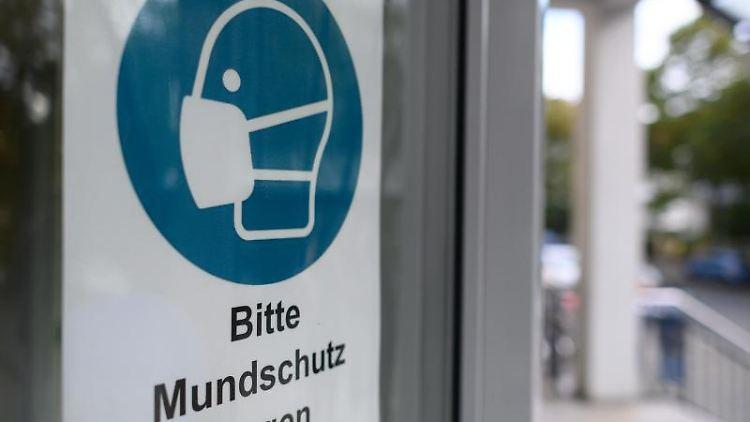Ein Schild weist auf Mundschutzpflicht hin. Foto: Robert Michael/dpa-Zentralbild/ZB/Symbolbild