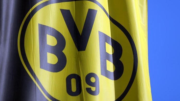 Eine Fahne mit dem BVB Logo weht im Wind. Foto: Caroline Seidel/dpa/Archivbild