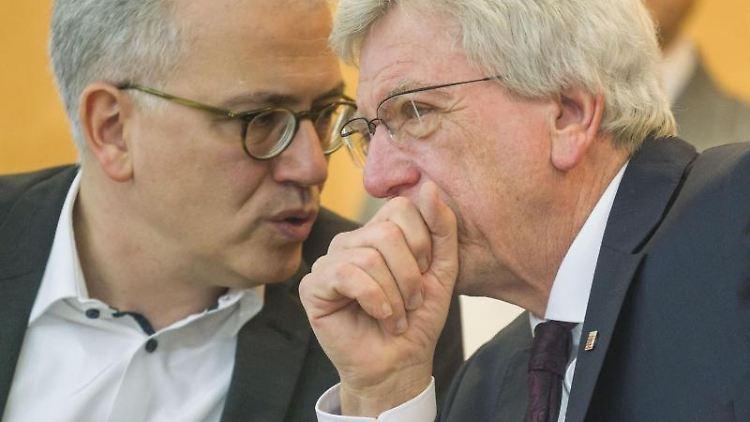 Thüringens Wirtschaftsminister Al-Wazir (l) und Volker Bouffier. Foto: Frank Rumpenhorst/dpa/Archivbild