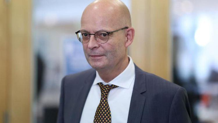 Halles Oberbürgermeister Bernd Wiegand (parteilos) nach seiner Aussage vor dem Parlamentarischen Untersuchungsausschuss. Foto: Ronny Hartmann/dpa/Archivbild