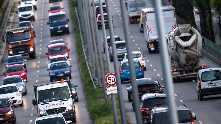 Zahlreiche Fahrzeuge fahren auf dem Mittleren Ring in München. Foto: Sven Hoppe/dpa/Archivbild