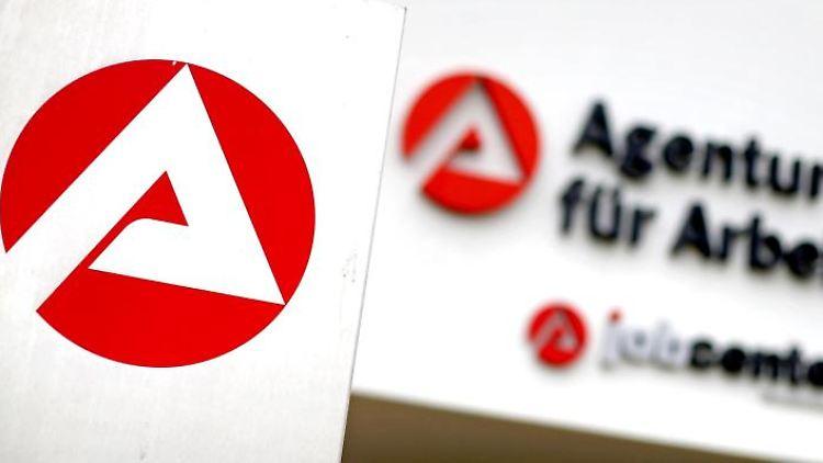 Blick auf den Eingang der Agentur für Arbeit und Job Center. Foto: Jan Woitas/dpa-Zentralbild/dpa/Symbolbild