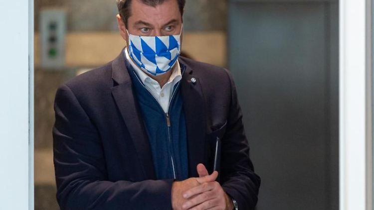 Markus Söder (CSU) reibt sich die Hände mit Desinfektionsmittel ein. Foto: Peter Kneffel/dpa-Pool/dpa