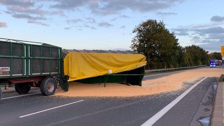 Der hintere Anhänger eines Traktor-Gespanns liegt auf einer Bundesstraße auf der Seite. Foto: -/Polizei Warendorf/dpa