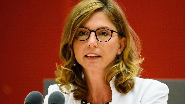 Sabine Bätzing-Lichtenthäler (SPD) spricht bei der Plenarsitzung. Foto: Andreas Arnold/dpa/Archivbild