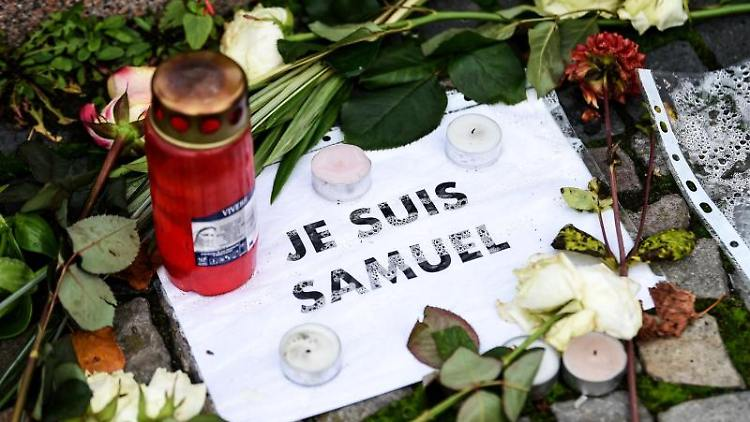 Gedenken an Samuel Paty, hier vor der französischen Botschaft in Berlin. Foto: Kira Hofmann/dpa-Zentralbild/dpa