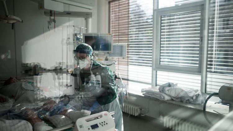 Eine Pflegekraft betreut einen Corona-Patienten auf der Intensivstation. Foto: Fabian Strauch/dpa/Symbolbild