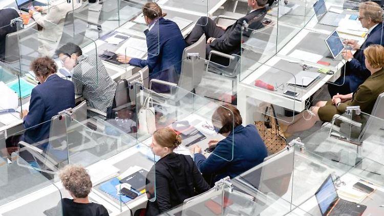 Abgeordnete sitzen im Plenarsaal des niedersächsischen Landtags. Foto: Hauke-Christian Dittrich/dpa/Archivbild
