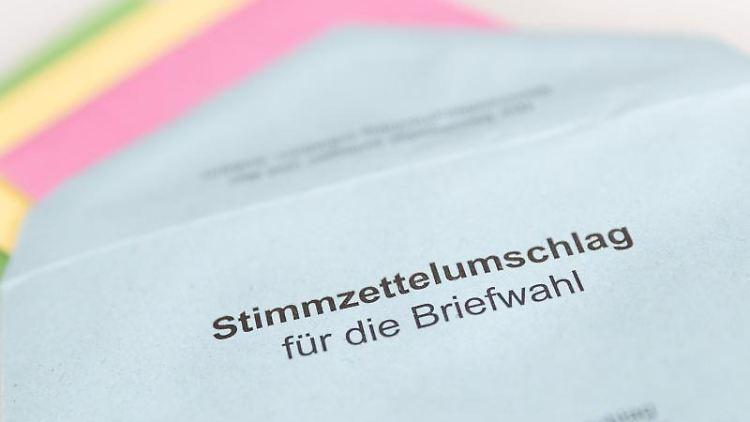 Ein Umschlag mit Stimmzetteln für eine Briefwahl liegt auf dem Tisch. Foto: Friso Gentsch/dpa/Symbolbild