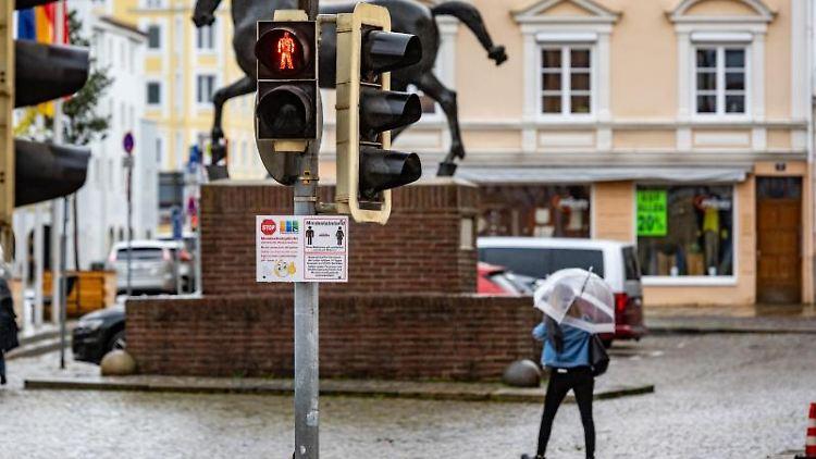 Eine Ampel in der Altstadt von Pfarrkirchen steht auf Rot. Foto: Armin Weigel/dpa/Archivbild