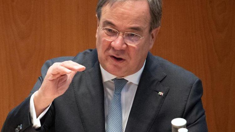 Armin Laschet (CDU), Ministerpräsident von Nordrhein-Westfalen, spricht im Landtag. Foto: Federico Gambarini/dpa