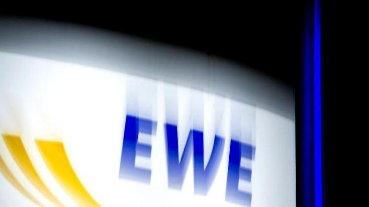 Ein Logo des Energieversorgers EWE leuchtet an einemGebäude. Foto: Hauke-Christian Dittrich/dpa/Symbolbild
