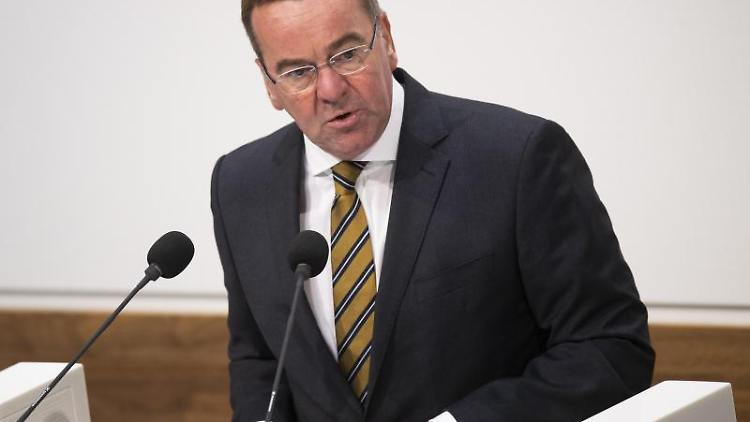 Boris Pistorius (SPD), Innenminister von Niedersachsen, spricht im Landtag. Foto: Julian Stratenschulte/dpa/Archivbild
