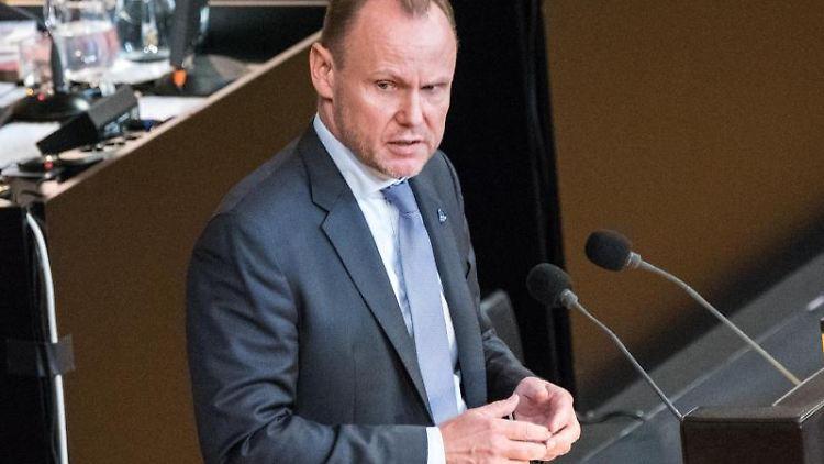 Andy Grote (SPD), Innensenator von Hamburg, spricht im Rathaus. Foto: Daniel Bockwoldt/dpa