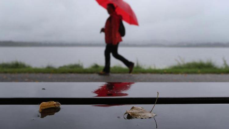 Ein Spaziergänger im Regen. Foto: Karl-Josef Hildenbrand/dpa/Symbolbild