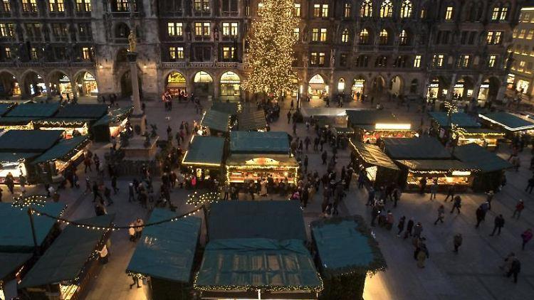 Das Bild zeigt den Christkindlmarkt rund um den Marienplatz. Foto: picture alliance / Amelie Geiger/dpa/Archivbild