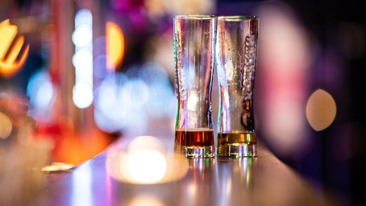 Zwei leere Biergläser steht auf einem Tresen in einer Bar. Foto: Guido Kirchner/dpa/Symbolbild