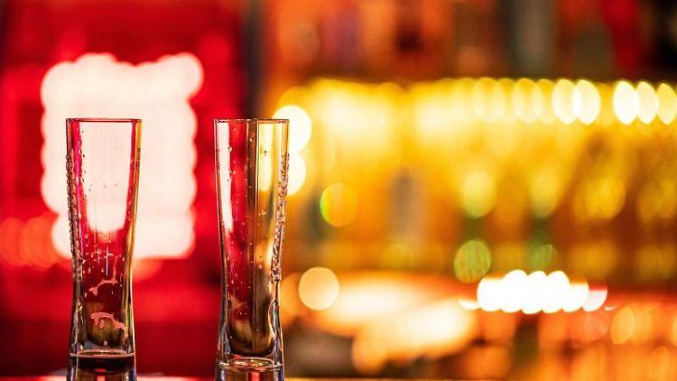 Zwei leere Gläser stehen auf einem Tresen in einer Bar. Foto: Guido Kirchner/dpa/Symbolbild
