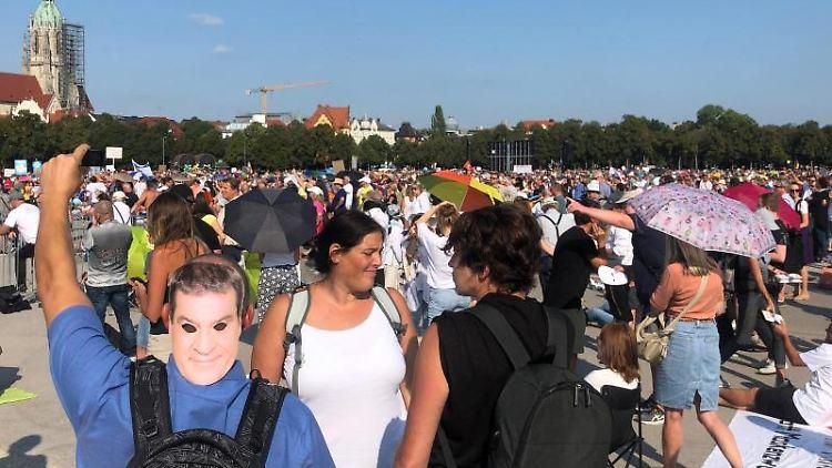 Viele Menschen demonstrieren auf der Theresienwiese gegen die Corona-Maßnahmen. Foto: Valentin Gensch/dpa/Archivbild