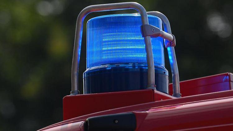 Blaulicht leuchtet an einem Einsatzfahrzeug der Feuerwehr. Foto: Robert Michael/dpa-Zentralbild/ZB/Symbolbild