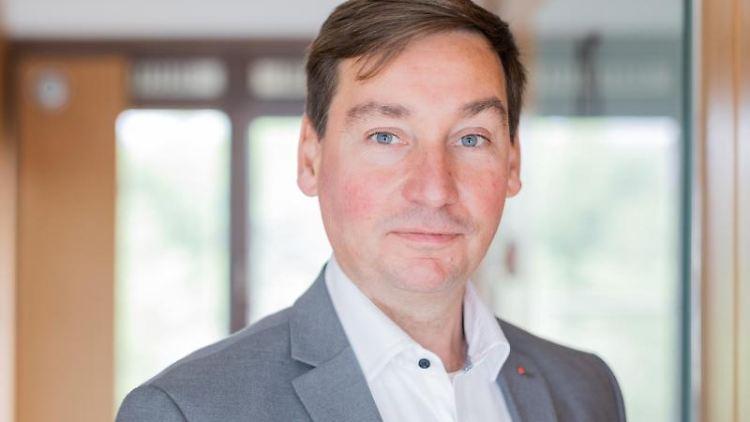 Sebastian Hartmann, Vorsitzender der nordrhein-westfälischen SPD, schaut in die Kamera. Foto: Rolf Vennenbernd/dpa