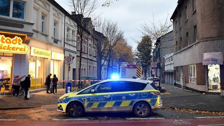Ein Polizeiwagen sperrt eine Straße ab, in der in einer Wohnung hochexplosive Chemikalien entdeckt worden sind. Foto: Caroline Seidel/dpa