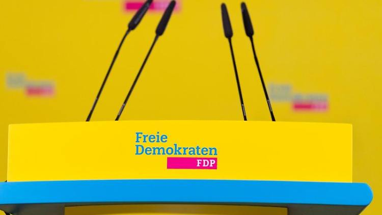 Ein Podest mit dem Logo der FDP steht auf einer Bühne. Foto: Christophe Gateau/dpa/Symbolbild