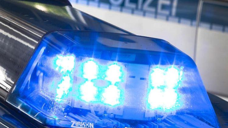 Blaulicht leuchtet auf einem Polizeiauto auf. Foto: Friso Gentsch/dpa/Symbolbild