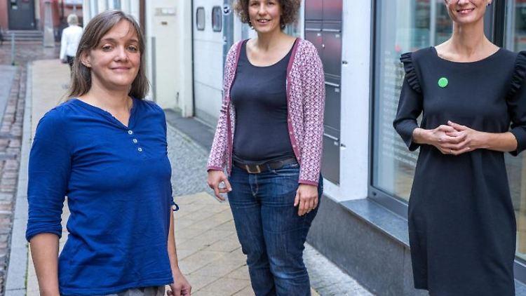 Claudia Schulz (l-r), Ulrike Berger und Anne Shepley schauen in die Kamera. Foto: Jens Büttner/dpa-Zentralbild/dpa
