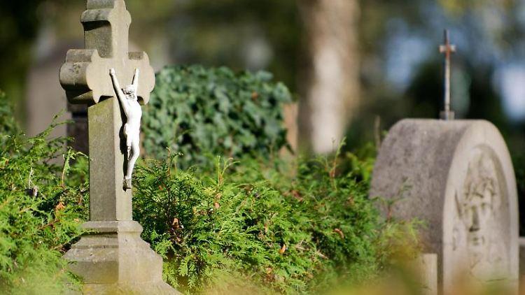 Grabsteine stehen auf einem Friedhof. Foto: picture alliance / dpa/Archivbild