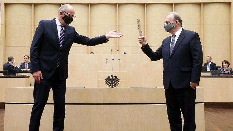 Dietmar Woidke (SPD, l) überreicht Reiner Haseloff (CDU) im Bundesrat den Staffelstab. Foto: Wolfgang Kumm/dpa/Archivbild