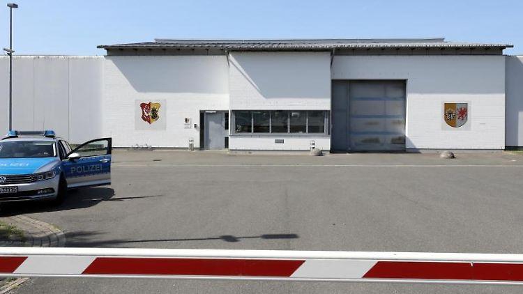 Der Eingangsbereich der Justizvollzugsanstalt Neustrelitz. Foto: Bernd Wüstneck/dpa-Zentralbild/dpa/Archivbild