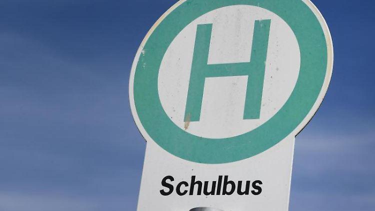 Eine Schulbushaltestelle. Foto: Stefan Sauer/dpa/Archivbild