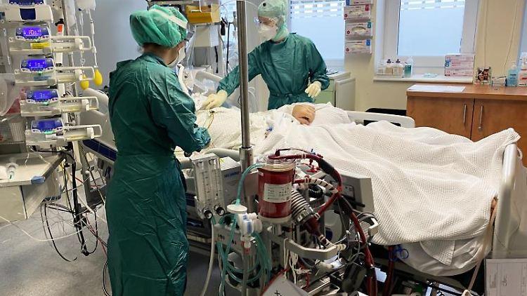 Medizinische Mitarbeiter der am Uniklinikum behandeln einen Patienten auf der intrinsischen Intensivstation. Foto: Unbekannt/SALK/APA/dpa/Archiv