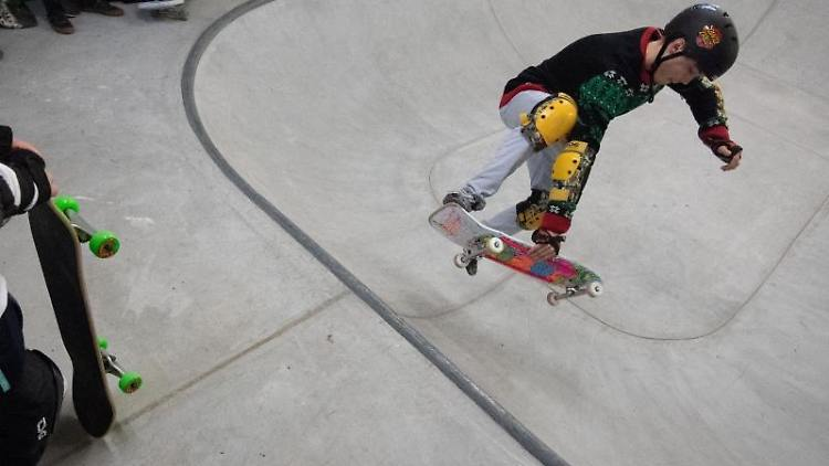 Ein Schüler fährt während der Skateboard-AG der Schule in einem Bowl. Foto: Marijan Murat/dpa/Archivbild