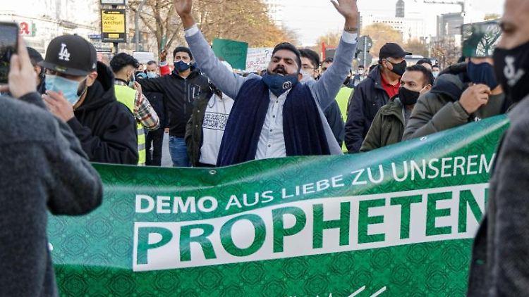 Islamisten demonstrieren hinter einem Transparent mit der Aufschrift
