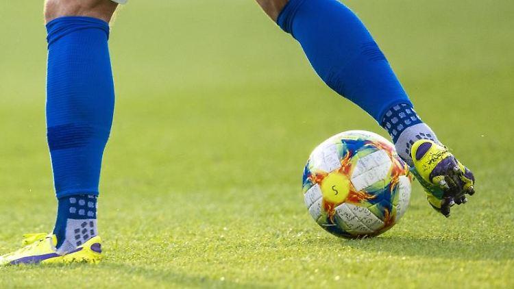 Ein Fußballspieler kickt den Ball. Foto: Jens Büttner/dpa-Zentralbild/ZB/Symbolbild
