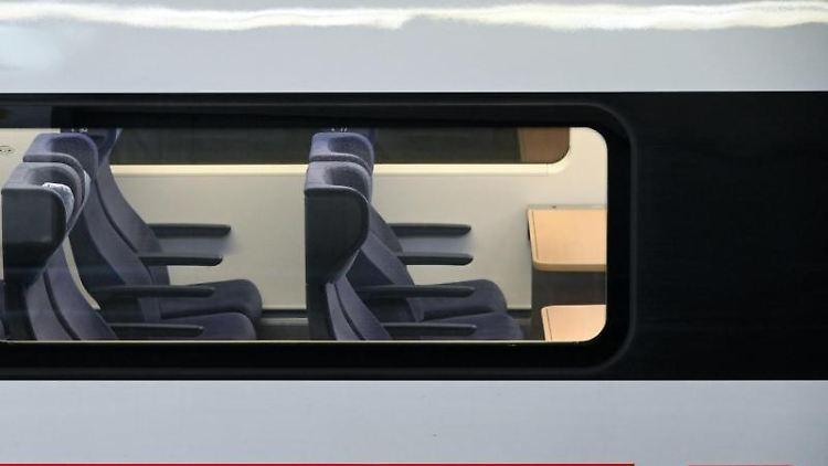 Blick auf leere 2.-Klasse-Sitzplätze. Foto: Uwe Zucchi/dpa/Archiv