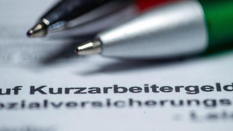 Blick auf ein Antragsformular für Kurzarbeit. Foto: Jens Büttner/dpa-Zentralbild/dpa/Symbolbild