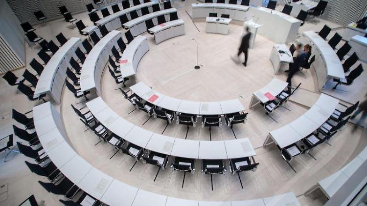 Der fast leere Plenarsaal im Landtag von Mecklenburg-Vorpommern. Foto: Jens Büttner/dpa-Zentralbild/dpa/Archivbild
