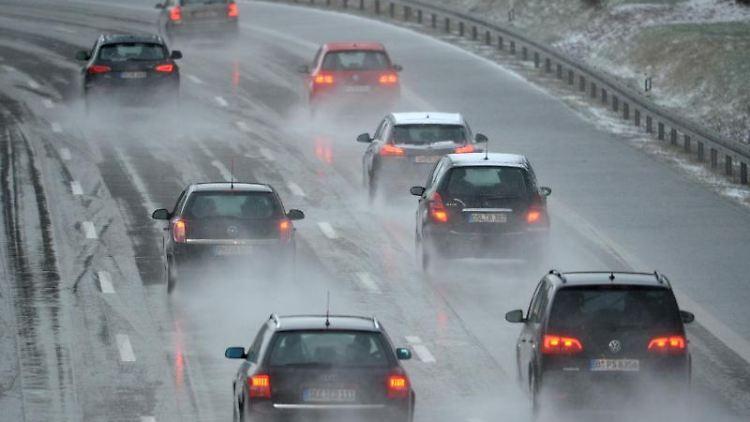 Autos fahren auf einer Autobahn. Foto: Ralf Hirschberger/dpa-Zentralbild/dpa-tmn/Symbolbild