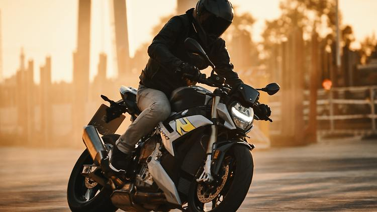 P90407544_lowRes_the-new-bmw-s-1000-r.jpg