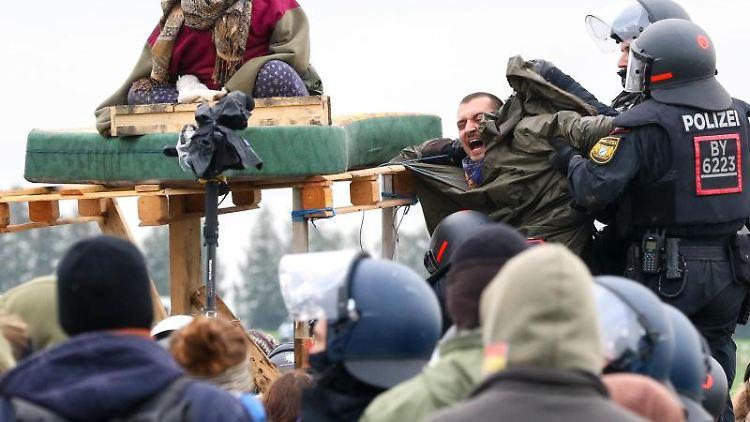 Die Polizei geht im Dannenröder Forst gegen Demonstranten vor. Foto: Tobias Hirsch/dpa/Archivbild