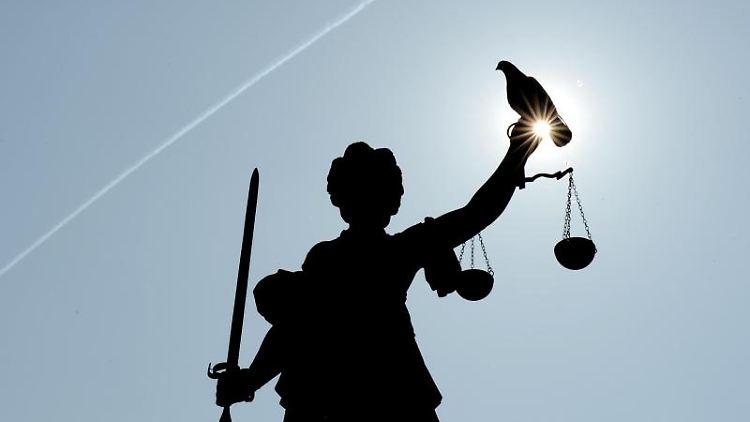 Justitia mit Sonne und Taube. Foto: Arne Dedert/dpa/Symbolbild
