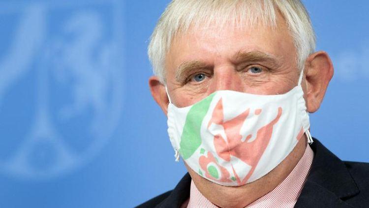 Karl-Josef Laumann (CDU), Minister für Arbeit, Gesundheit und Soziales des Landes Nordrhein-Westfalen, mit Mundschutz. Foto: Federico Gambarini/dpa/Archivbild